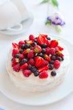 天使蛋糕用莓果 图库摄影