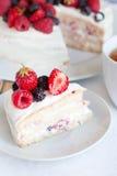 天使蛋糕用莓果 库存照片