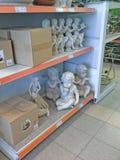 天使装饰商店,滑稽的天使男孩纪念品待售 免版税库存图片
