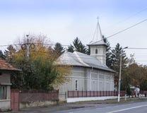 天使迈克尔和Gavriil的教会的大厦在Fagaras市的大街上的在罗马尼亚 图库摄影