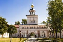 天使迈克尔在Valdai Iversky Svyatoozersky修道院里,诺夫哥罗德地区的门教会 库存图片