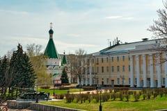 天使迈克尔大教堂和坦克T-34在下诺夫哥罗德克里姆林宫的疆土 免版税图库摄影