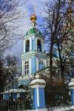 天使迈克尔寺庙的钟楼的看法在Nikol ` sko-Arkhangel ` skoye的 假定大教堂dmitrov克里姆林宫莫斯科明信片区域俄国冬天 免版税库存图片