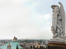 天使迈克尔的雕象在瓜达卢佩河附近大教堂的我 库存照片