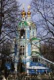 天使迈克尔钟楼和寺庙的看法在Nikol ` sko-Arkhangel ` skoye的 假定大教堂dmitrov克里姆林宫莫斯科明信片区域俄国冬天 免版税库存图片