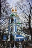 天使迈克尔钟楼和寺庙的看法在Nikol ` sko-Arkhangel ` skoye的 假定大教堂dmitrov克里姆林宫莫斯科明信片区域俄国冬天 库存照片