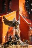 天使迈克尔雕象在红色天主教徒附近的 免版税库存照片