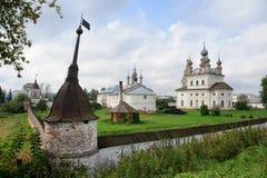 天使迈克尔Monasteryin Yuryev-Polsky墙壁和塔  免版税库存图片