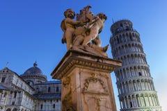 天使近的斜塔比萨雕象和大教堂  库存照片