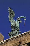天使雕象与剑的在Castel Sant'Angelo上面在罗马,意大利 库存图片