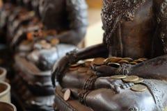 天使雕象与由捐款人投入了硬币 免版税库存照片
