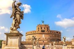 天使雕象与鞭子的Ponte Sant `安吉洛和Castel Sant `安吉洛景色的Lazzaro Morelli 免版税库存照片