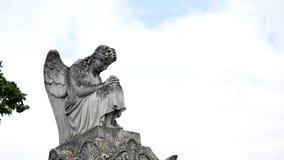 天使雕象在公墓 库存图片