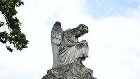 天使雕象在公墓 免版税库存照片