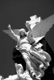 天使雕象在公墓 免版税库存图片