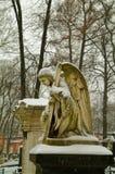 天使雕象在冬天 库存照片