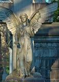 天使雕象在墓地 免版税图库摄影