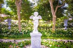 天使雕象在庭院里 库存图片