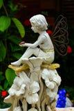 天使雕象在庭院里 免版税库存图片