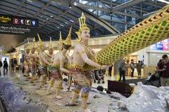 天使雕象在素万那普机场 免版税库存照片