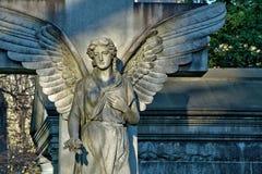 天使雕象特写镜头在公墓 免版税库存图片