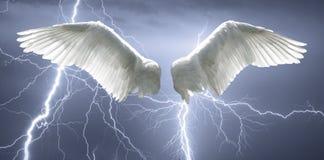 天使飞过有背景由天空和闪电制成 免版税库存图片
