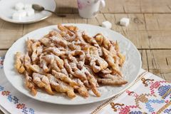 天使飞过饼干,狂欢节的一个传统欧洲甜盘 土气样式 免版税库存照片