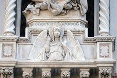 天使,佛罗伦萨大教堂门户  免版税图库摄影