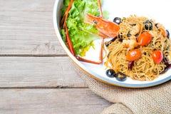 天使头发面团用巨型大虾、橄榄、蕃茄和辣椒 免版税库存照片