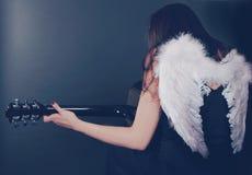 黑天使palying吉他 库存图片