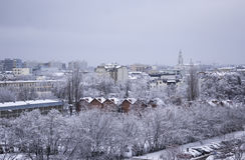 天在以后的城市降雪,波兰 免版税库存图片