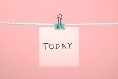 今天垂悬在与文本的串的桃红色纸笔记 免版税库存照片