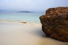 天堂与白色沙子和绿宝石海洋的海风景在Rawa海岛马来西亚支持 图库摄影