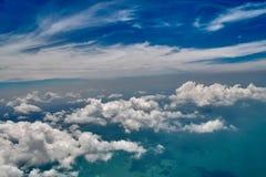 天堂全景 在蓝天的白色云彩上 大气风景 库存图片