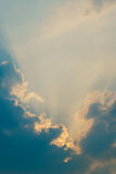 天堂在云彩后的阳光光芒 免版税库存图片