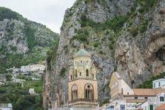 天堂塔修道院在萨莱诺省,褶皱藻属,阿马尔菲海岸,Costiera Amalfitana,意大利的区域的 免版税库存图片