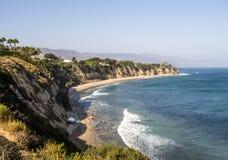 天堂小海湾马利布,祖马海滩、绿宝石和大海在峭壁围拢的相当天堂海滩 马利布,洛杉矶, LA, 免版税库存照片