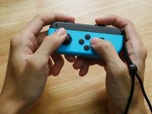 任天堂手中的开关控制器对负 免版税图库摄影
