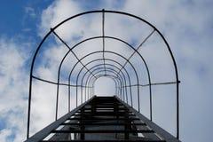 天堂楼梯 在云彩背景的防火梯 库存图片