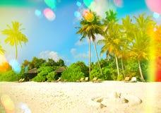 天堂海岛沙子海滩 与轻的泄漏和透镜f的蓝天 免版税库存照片