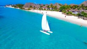 天堂海岛 在海桑给巴尔海滩的白色风船,热带气候 免版税库存照片