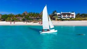 天堂海岛 在海热带气候的白色风船,桑给巴尔海岛白色海滩 图库摄影