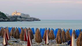 天堂海滩日落的遥远的天际海教会在维耶斯泰Gargano -意大利 股票视频