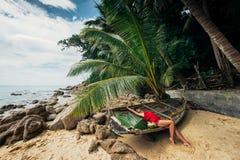 天堂海滩的美丽的女孩 免版税库存图片