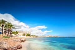 天堂海滩在有蓝天的伊维萨岛海岛 免版税库存图片