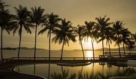 天堂海滩日落或日出与热带棕榈树,泰国 免版税库存照片