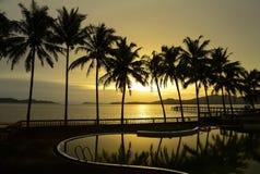 天堂海滩日落或日出与热带棕榈树,泰国 免版税库存图片