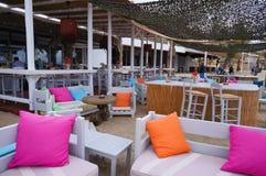 天堂海滩的餐馆在米科诺斯岛,希腊 库存图片