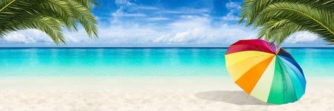 天堂海滩遮阳伞背景 免版税库存照片