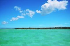 天堂热带海岛海滩风景与晴朗的天空的 免版税库存照片